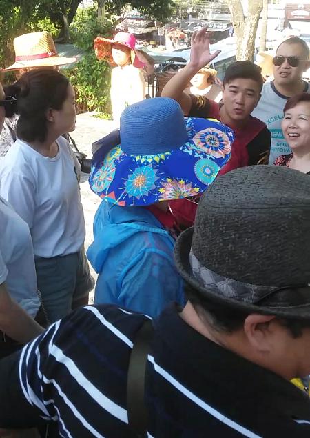 Người Trung Quốc làm HDV du lịch chui ở Chùa Long Sơn (TP Nha Trang) trưa ngày 29/6