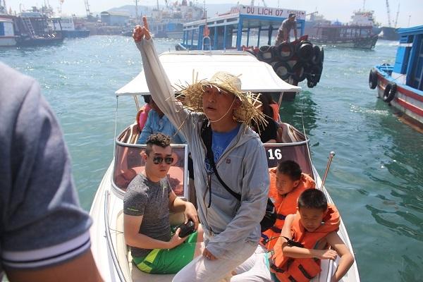 Người Trung Quốc ở bến tàu du lịch Cầu Đá (TP Nha Trang) mà một số cò bảo chờ hướng dẫn viên lên canô rồi xuất bến