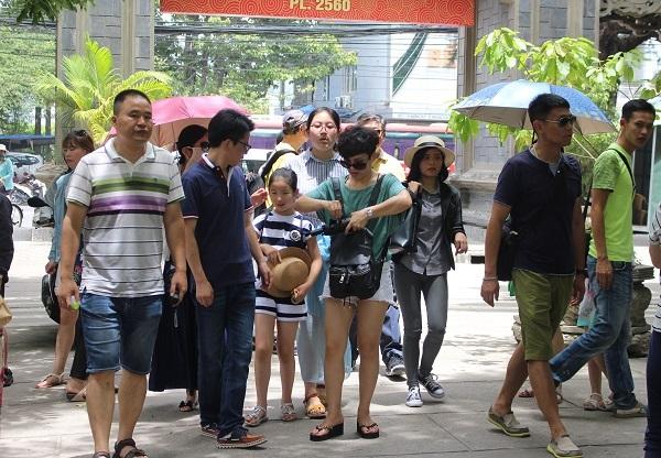 Khách Trung Quốc tham quan chùa Long Sơn, TP Nha Trang, Khánh Hòa - Ảnh: Viết Hảo