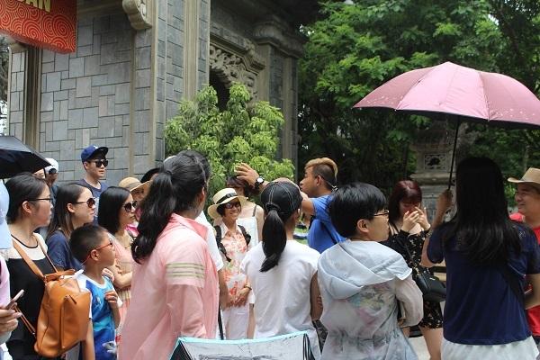 Một HDV người Trung Quốc thuyết minh trái phép ở chùa Long Sơn, TP Nha Trang, ngày 5/7 - Ảnh: Viết Hảo