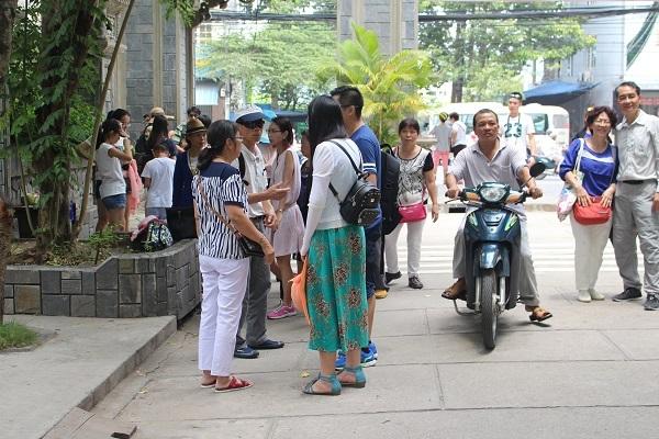 Du khách Trung Quốc tham quan chùa Long Sơn, TP Nha Trang, Khánh Hòa - Ảnh: Viết Hảo