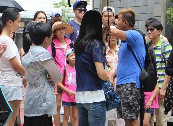 Một HDV người Trung Quốc (áo xanh) thuyết minh trái phép ở chùa Long Sơn (TP Nha Trang), vào thời điểm đầu tháng 7 - Ảnh: Viết Hảo