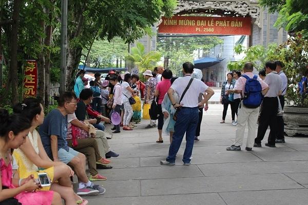 Du khách Trung Quốc đang nghỉ ngơi sau khi tham quan chùa Long Sơn (TP Nha Trang) - Ảnh: Viết Hảo