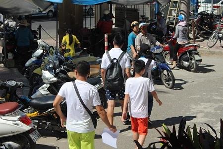 Một số khách Trung Quốc ra về sau khi thăm khám ở bệnh viện Đa khoa Khánh Hòa, chiều 21/7 - Ảnh: Viết Hảo