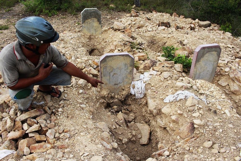Mồ mả ở đồi Thanh Trúc (Hòn Rớ 2, xã Phước Đồng, TP Nha Trang, Khánh Hòa) bị xới khiến người dân bức xúc - Ảnh: Viết Hảo