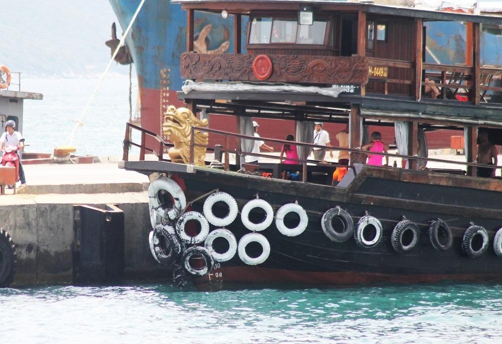 Tàu du lịch khi di chuyển va chạm với 3 tàu khác tại bến tàu du lịch Cầu Đá (TP Nha Trang, Khánh Hòa)