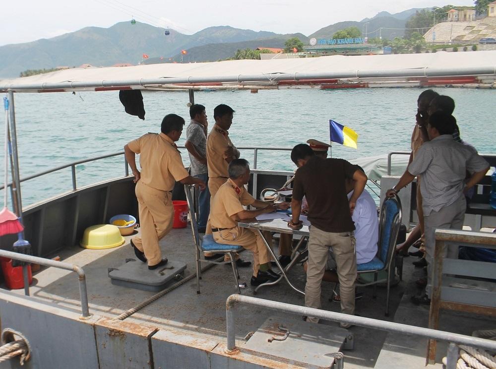Cơ quan chức năng lấy lời khai để điều tra nguyên nhân vụ tai nạn đường thủy