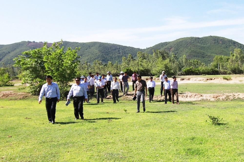 Đoàn công tác của tỉnh Khánh Hòa thị sát ở khu vực làm nhà máy điện mặt trời ở TP Cam Ranh