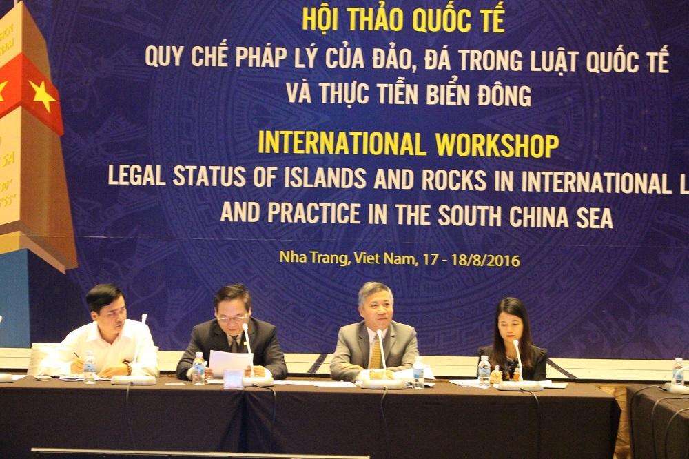 """Quang cảnh buổi họp báo hội thảo quốc tế: """"Quy chế pháp lý của đảo, đá trong luật quốc tế và thực tiễn Biển Đông""""., chiều 16/8 (Ảnh: Viết Hảo)"""