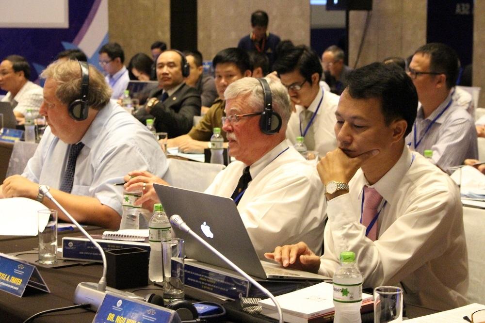 GS. Carlyle A. Thayer, Học viện Quốc phòng Úc (ngồi giữa) tham dự hội thảo