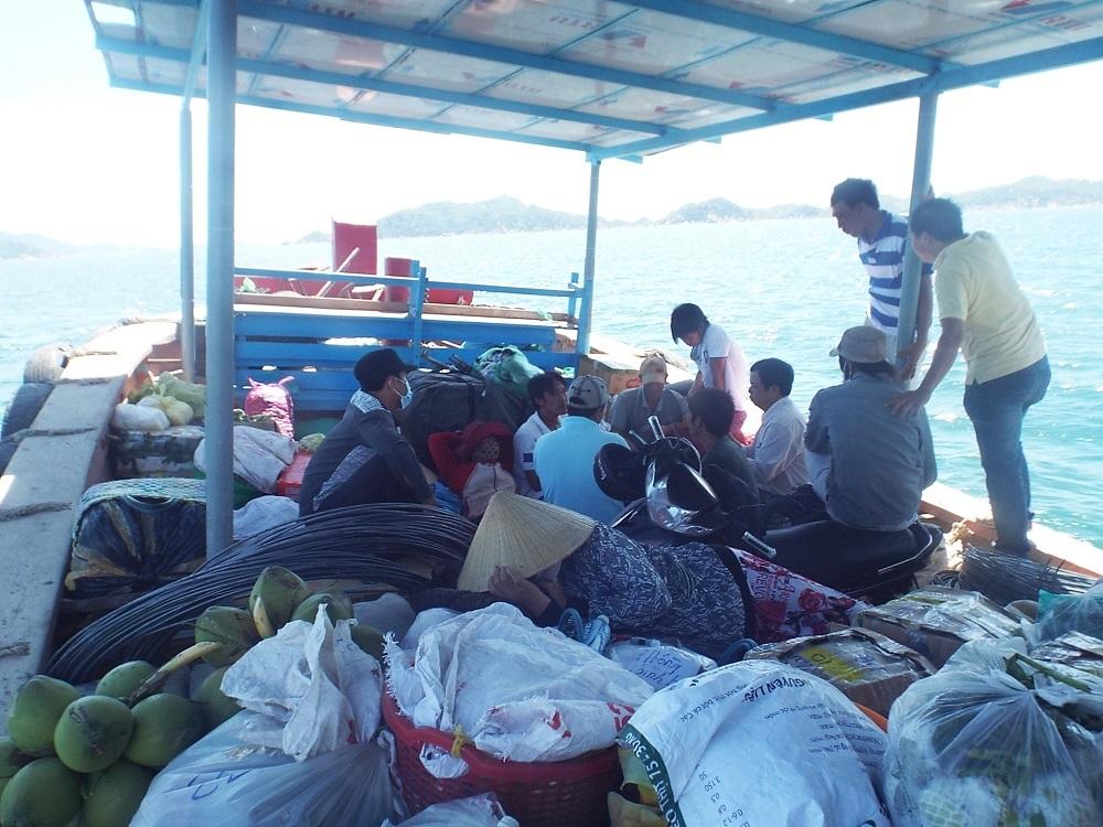 Đò đưa khách sang đảo Bình Ba, TP Cam Ranh, Khánh Hòa