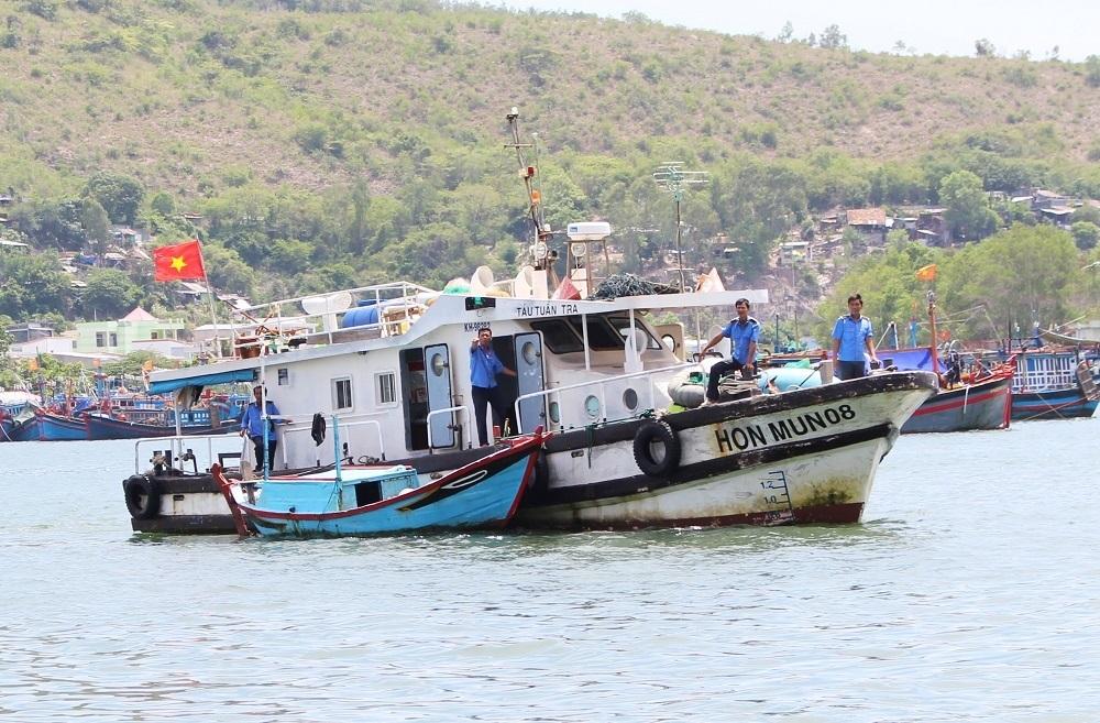 Cơ quan chức năng áp giải chiếc ghe đánh bắt chui ở Khu bảo vệ nghiêm ngặt Hòn Mun về bờ - Ảnh: Viết Hảo