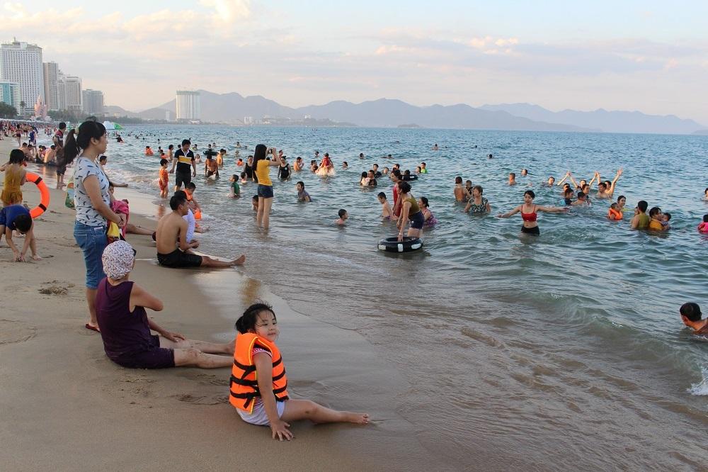 Ước tính có hàng ngàn du khách và người dân đổ xuống biển Nha Trang trong ngày nghỉ lễ Quốc Khánh đầu tiên