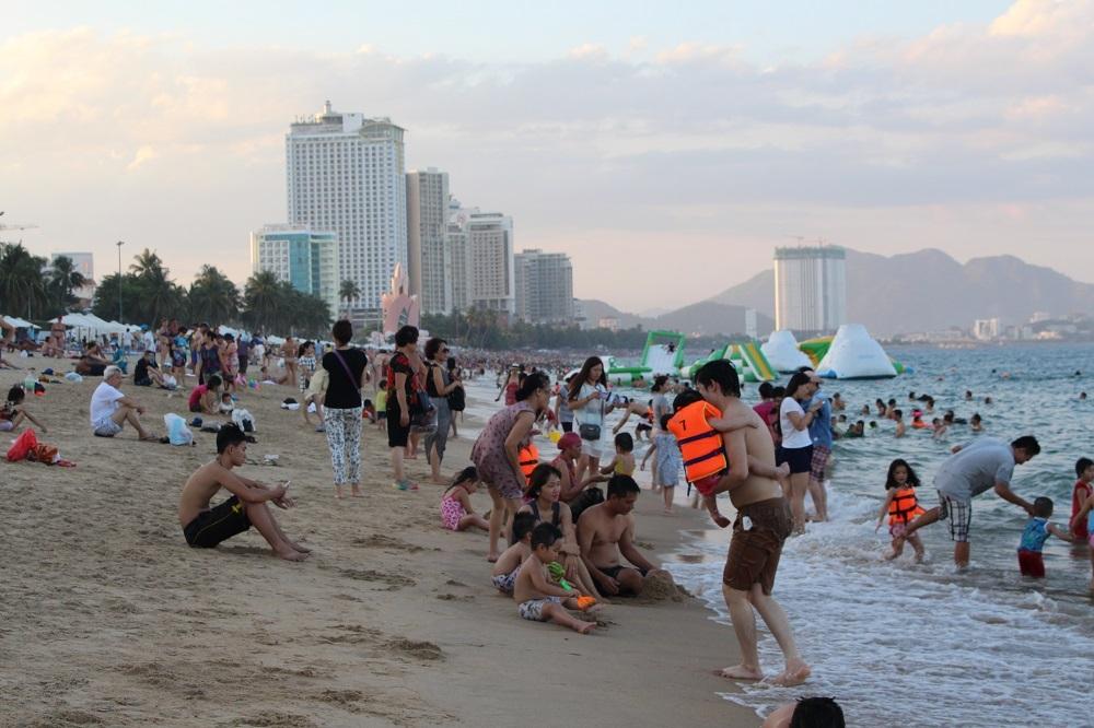 Bên cạnh du khách, có rất đông người dân địa phương đổ xuống bãi biển vui chơi cùng gia đình