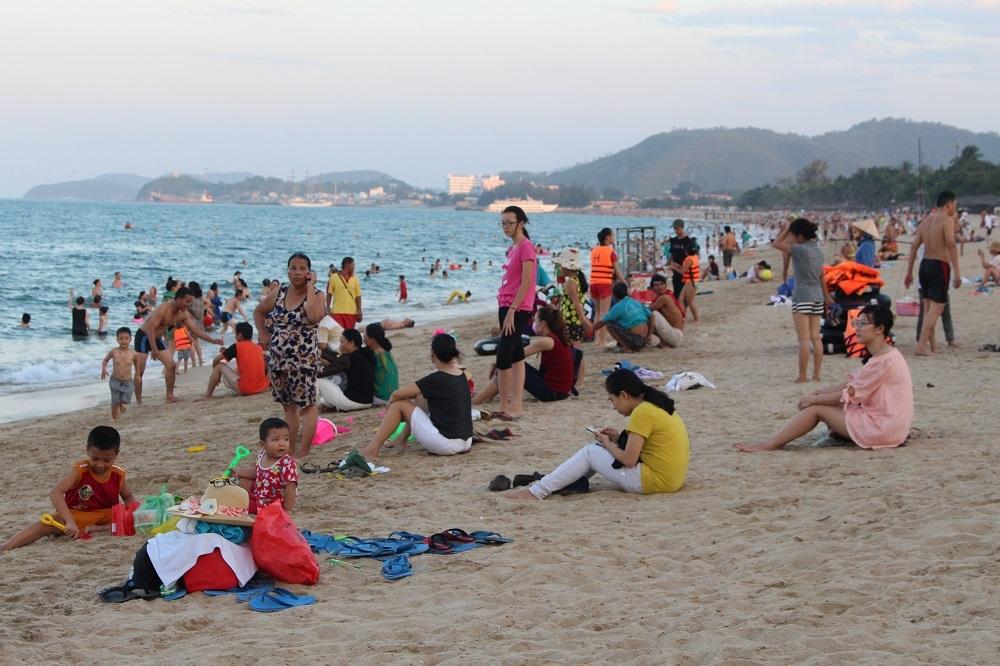 Vào những ngày lễ, bãi biển Nha Trang luôn tấp nập khách