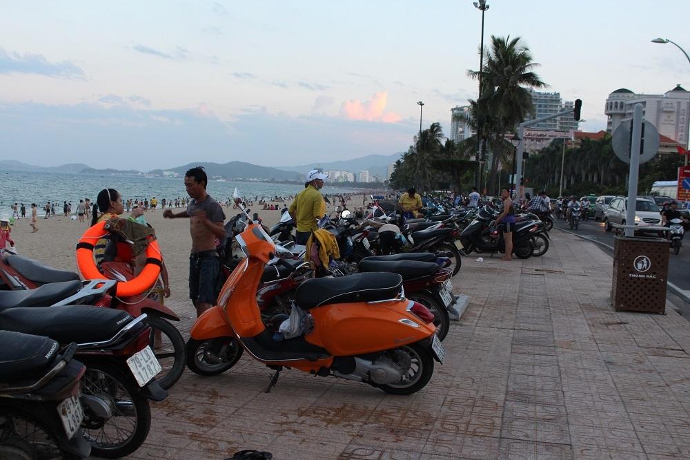 Bãi xe đông nghẹt vì có đông khách địa phương tắm biển