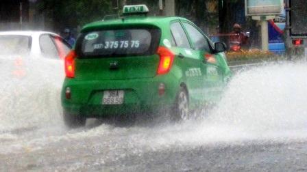 Đường phố Thanh Hóa ngập nước làm ảnh hưởng đến giao thông đi lại của người dân