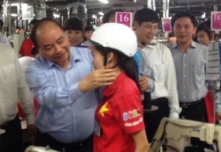 Phó thủ tướng Nguyễn Xuân Phúc trao tặng mũ bảo hiểm cho công nhân, người lao động.