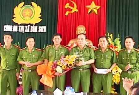 Đại tá Nguyễn Văn Bính (thứ 3 từ trái sang) - PGĐ Công an tỉnh Thanh Hóa thưởng nóng cho Công an thị xã Bỉm Sơn