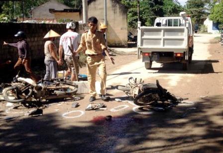 Lực lượng CSGT, Công an thị xã Sầm Sơn đang tiến hành làm rõ nguyên nhân vụ tai nạn