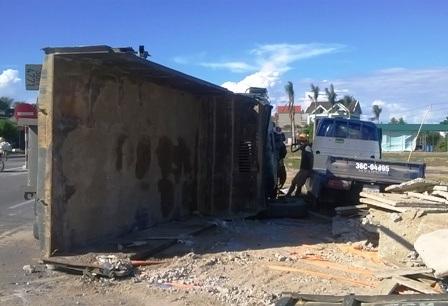 Vụ tai nạn khiến 4 người bị thương, cả hai chiếc xe bị hư hỏng nặng