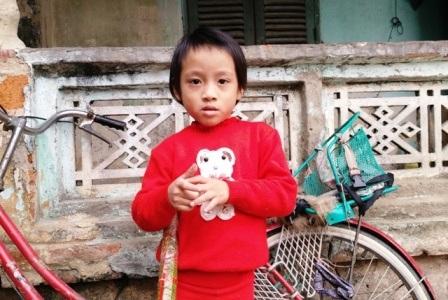 Sau 5 năm được ông bà nuôi dạy, cháu Ngọc Anh giờ đã khôn lớn và đến trường đi học.