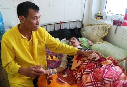 Anh Đỉnh đau đớn khi chứng kiến con gái mình quằn quại trên giường bệnh