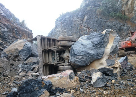 Chiếc xe tải bị đá đè bẹp