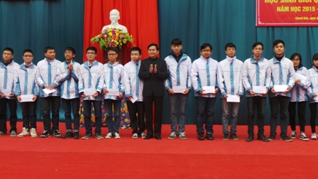 Nhà giáo ưu tú Chu Anh Tuấn, Hiệu trưởng Trường THPT chuyên Lam Sơn trao thưởng cho học sinh đạt giải
