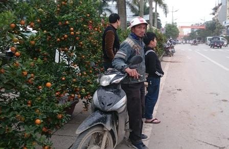 Anh Nguyễn Đình Chiến (42 tuổi), ở xã Quảng Châu, thị xã Sầm Sơn lên thành phố chở cây cảnh những ngày qua. Theo anh Chiến, mỗi chuyến như vậy tùy vào khoảng cách giá từ 50 - 150 nghìn đồng, mỗi ngày nếu gặp khách cũng kiếm được khoảng 500 nghìn.