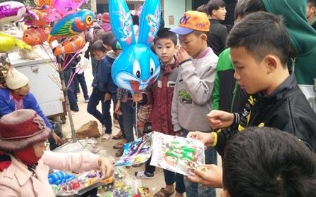 Từ người già, trẻ nhỏ ai cũng tạm nghỉ công việc đồng áng để tham gia chợ Thiều. Vui nhất có lẽ là những cháu nhỏ đến chợ để được mua đồ chơi.