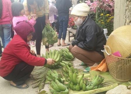 Các mặt hàng bán ở chợ chủ yếu đều là những sản vật vùng quê. Những đồ quà bánh để thờ cúng ông bà tổ tiên, các món đặc trưng ngày Tết như lá dong, sợi giang, quả cau, lá trầu, củ hành, củ tỏi, thịt cá, hoa giấy, hoa tươi… đây đều là những thứ không thể thiếu trong ngày tết.