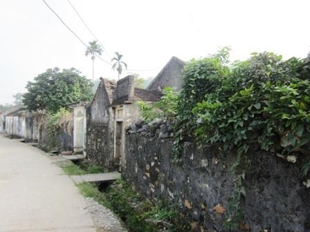 Làng cổ Đông Sơn, phường Hàm Rồng, thành phố Thanh Hoá là một ngôi làng nhỏ nằm bên bờ con sông Mã. Ngôi làng nằm giữa một thung lũng nhỏ, phía trước có cánh đồng rộng màu mỡ, ba phía của làng được bao bọc bởi những quả đồi đất, núi đá xen kẽ nhau.
