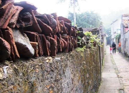 Ngôi làng đã trải qua bao biến cố của lịch sử và sự vùi dập của chiến tranh cũng như thời gian.