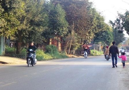 Vô tư điều khiển xe máy trên quốc lộ mà không đội mũ bảo hiểm