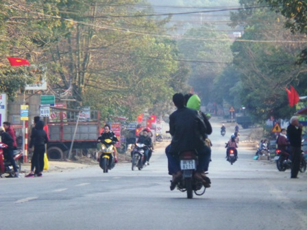 Nhiều trường hợp kẹp 3 trên xe máy, đầu không đội mũ bảo hiểm