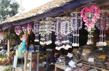 Ngoài ngắm đàn cá thần, du khách có thể mua những món đồ lưu niệm cây nhà lá vườn.