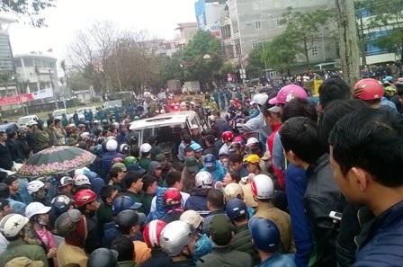 Đã hơn 1 tuần qua, hàng trăm người dân thị xã Sầm Sơn tập trung tại một số cơ quan hành chính Thanh Hóa để đề đạt nguyện vọng của mình