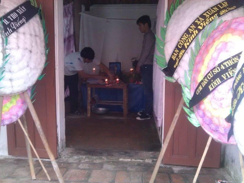 Gia đình đang làm lễ mai táng cho anh Tùng