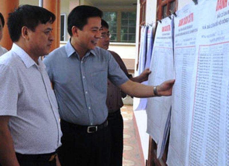 Ông Đỗ Trọng Hưng (áo xanh) - Phó bí thư Tỉnh ủy Thanh Hóa trúng cử đại biểu Quốc hội với số phiếu cao nhất