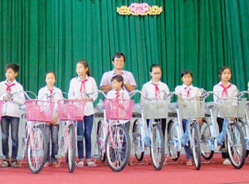 Trao tặng xe đạp cho các cháu học sinh tại huyện Đông Sơn