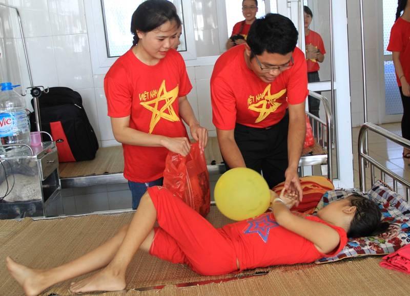 Các thành viên CLB Tôi yêu Thanh Hóa thăm bệnh nhi đang điều trị tại bệnh viện
