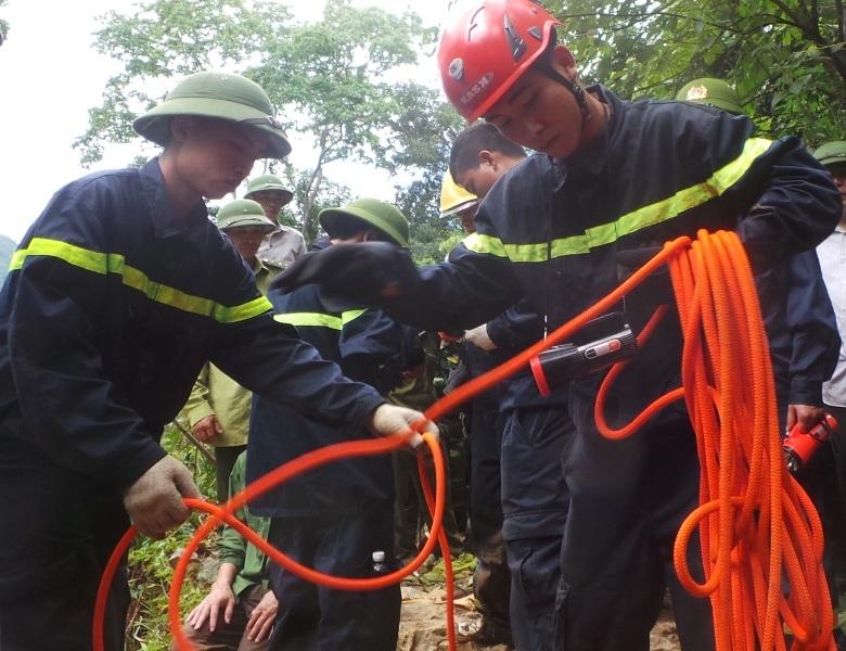 Các chiếc sĩ Cảnh sát PCCC Thanh Hóa đang chuẩn bị các dụng cụ, phương tiện để xuống hang