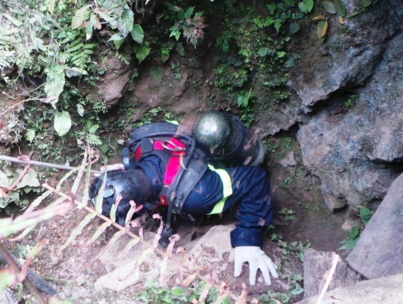 Tuy nhiên, do cửa hang quá hẹp, chiếc sỹ Cảnh sát PCCC phải mang cả bình oxy nên không thể lọt qua được đành phải quay lên