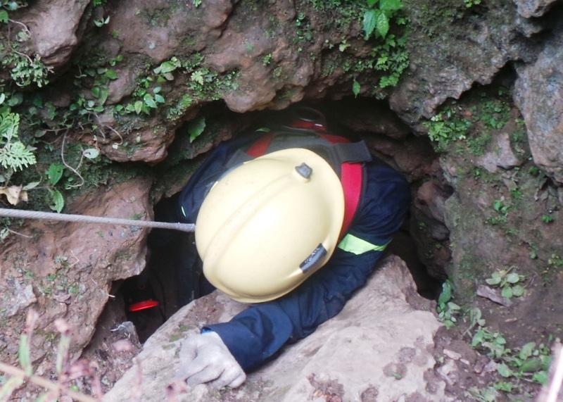 Ngay sau đó, chiếc sỹ Cảnh sát PCCC không mang bình oxy đi xuống cách cửa hang khoảng 7m để thăm dò