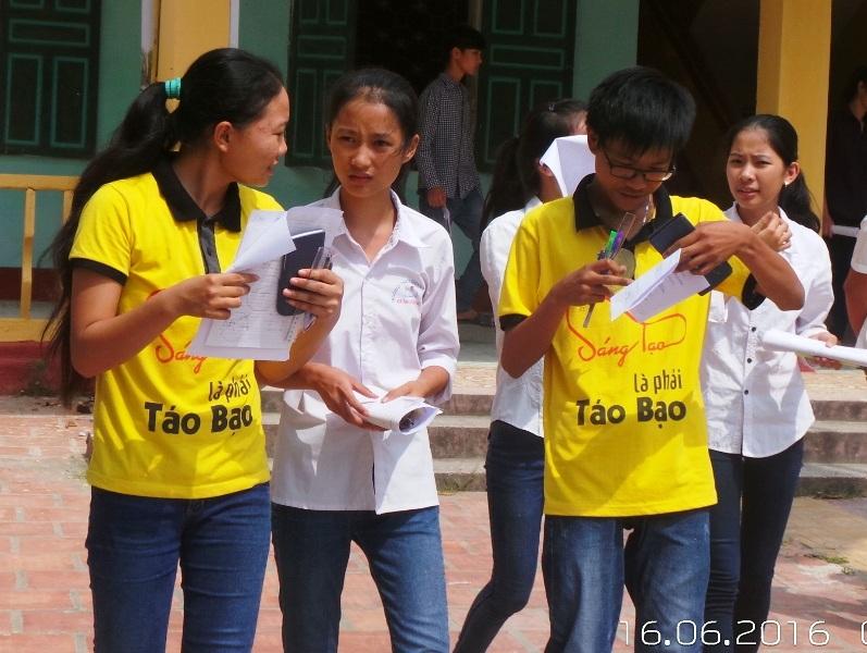 Các thí sinh hoàn thành buổi thi đầu tiên, kỳ thi tuyển sinh vào lớp 10 THPT năm học 2016 - 2017
