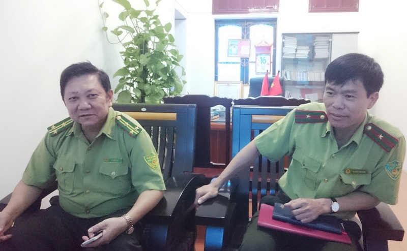 Ông Lê Quốc Việt (bìa trái) - Phó chi cục kiểm lâm và ông Nguyễn Văn Bính - Phó phòng Thanh tra - Pháp chế, Chi cục kiểm lâm Thanh Hóa