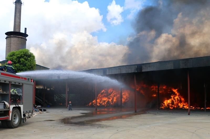 Cháy ngùn ngụt trong nhà máy xử lý rác thải - 2