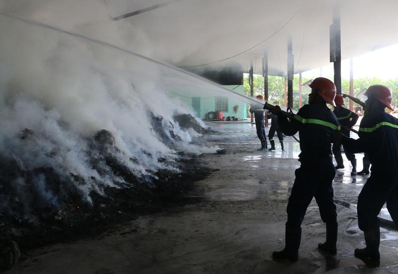 Lực lượng Cảnh sát PCCC Thanh Hóa tiến hành dập lửa