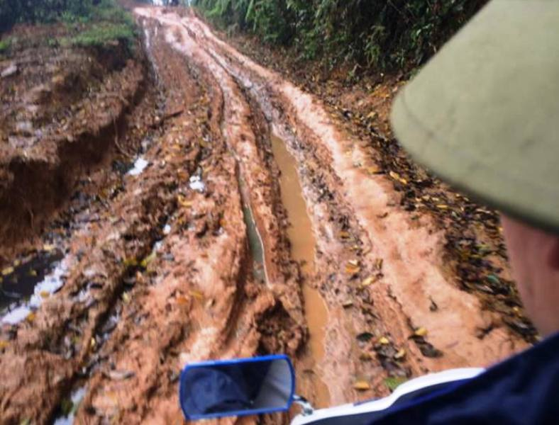 Vào những ngày trời mưa, con đường lầy lội, trơn trượt